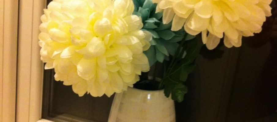 flowers, ocean turquoise colour and white in a white vase arteficial flowers imiatation flowers