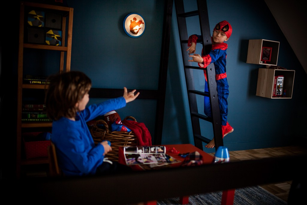Spiderman superhero story competition with philips spiderman lighting in the playroom - Deco chambre spiderman ...