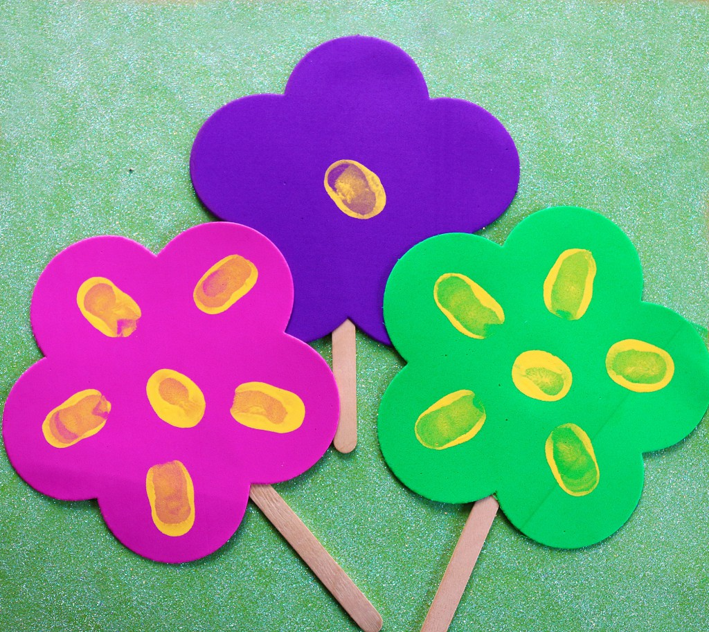 how to stick fresh flowers on a wedding cake thumbprint popsicle stick flowers in the playroom 16183
